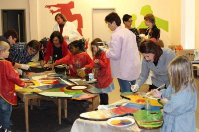 Kinder und Erwachsene beim Malen